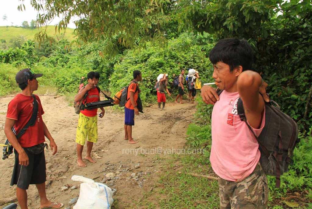 KIJANG - Jasa porter warga desa yang disewa untuk membantu mengangkut logistik ke pemukiman Polahi.