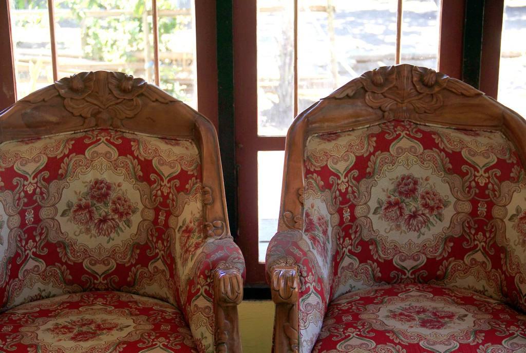 Saya memotret dari balik jendela dan di antara dua kursi ini.