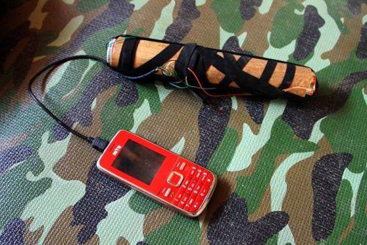 CHARGER - Keterbatasan melahirkan ide kreatif orang Polahi, yang menggunakan baterai kering untuk mengisi daya telepon gengam.