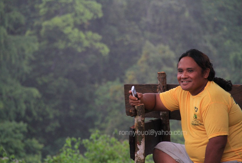 BABUTA - Salah satu anggota kelompok Polahi ini sedang menggunakan telepon genggamnya di atas gunung Boliyohuto.