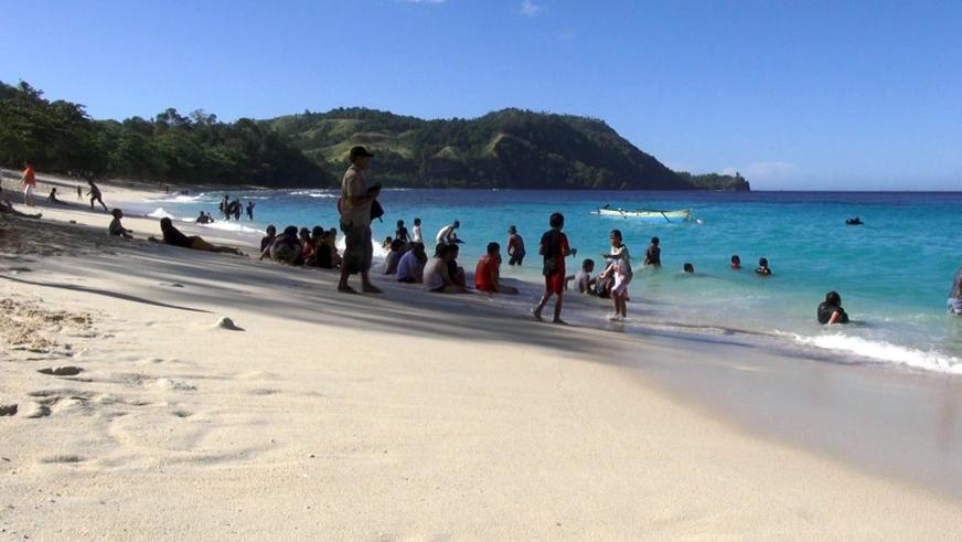 Pengunjung sedang menikmati keindahan di Pantai Paal.