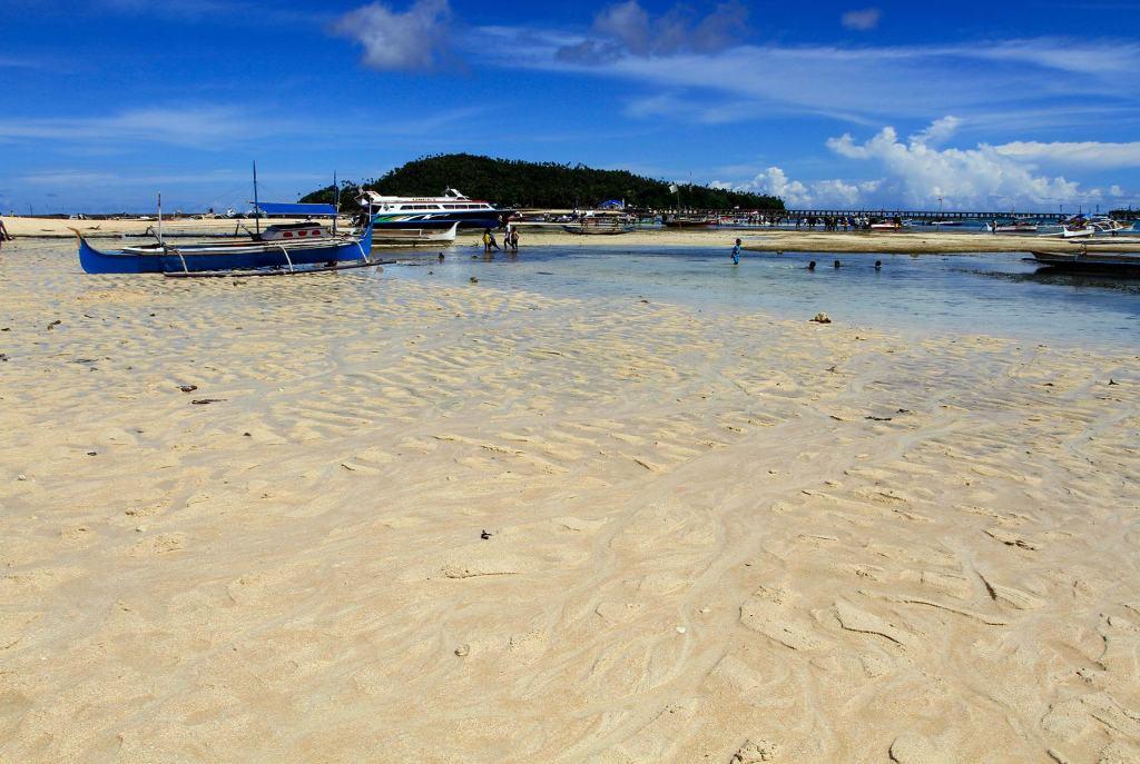 Salah satu sisi Pulau Intata dengan pasirnya yang sangat lembut. Pulau Intata merupakan salah satu pulau terluar dari 11 pulau yang dimiliki Provinsi Sulawesi Utara.