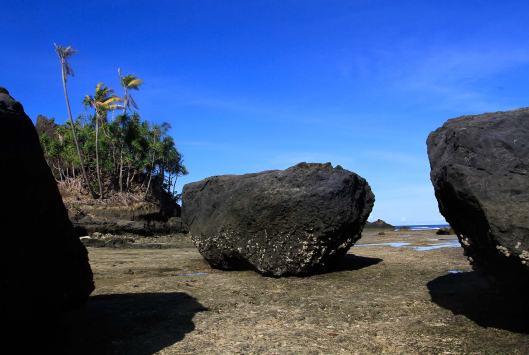 Sisi berbatu di Pulau Intata yang berhadapan langsung dengan lautan Pasifik. Pulau Intata merupakan salah satu pulau terluar dari 11 pulau yang dimiliki Provinsi Sulawesi Utara.
