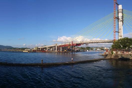 Jembatan Seokarno menjadi ikon baru Kota Manado. / Foto: Liny Tambajong.