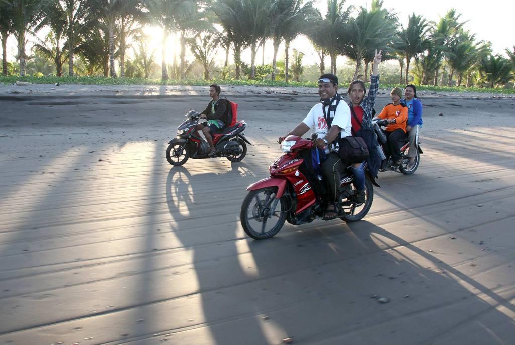 Bersepeda motor menyusuri pantai sepanjang 12 KM.