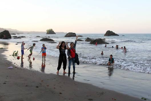 Aktifitas warga yang dinamis di sepanjang pantai.