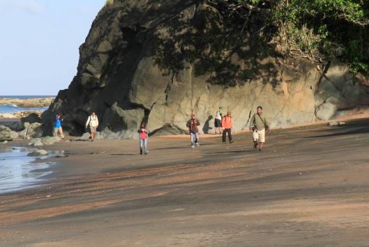 Batu-batu raksasa terdapat di sepanjang pantai.