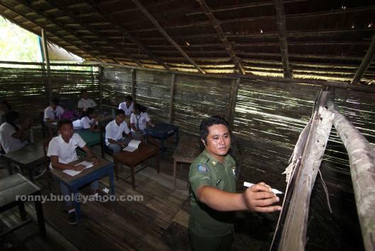 Noldy Lumangkiba, sedang mengajar siswanya di SMA Udamakatraya, desa Bannada, Kecamatan Gemeh, Kabupaten Talaud.