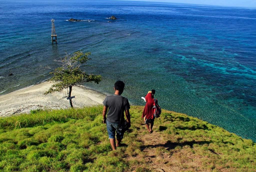 VIEW MEMPESONA - Pengunjung sedang meneruni salah satu punggung bukit di Pulau Baling-Baling.