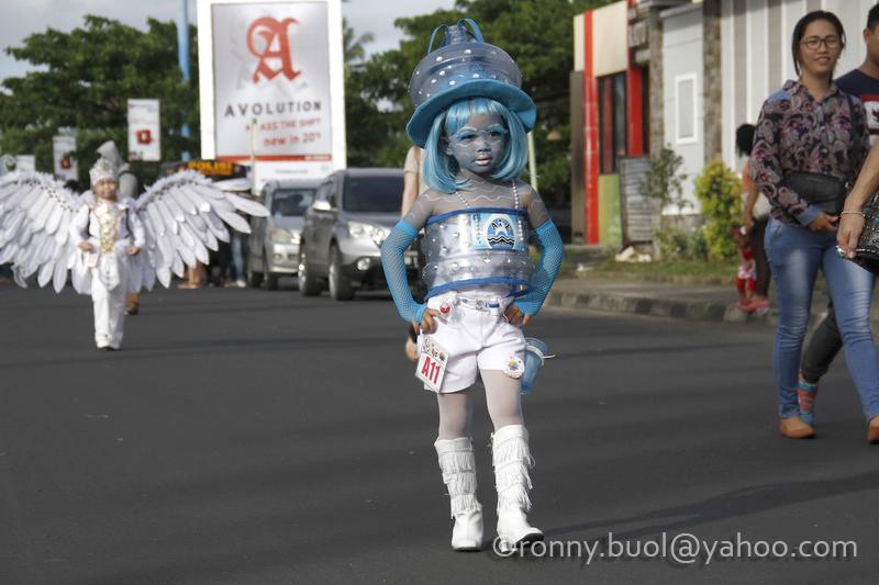 Seorang peserta cilik Fashion Carnaval di Manado menggunakan busana yang dikreasikan dari bahan daur ulang galon air mineral.