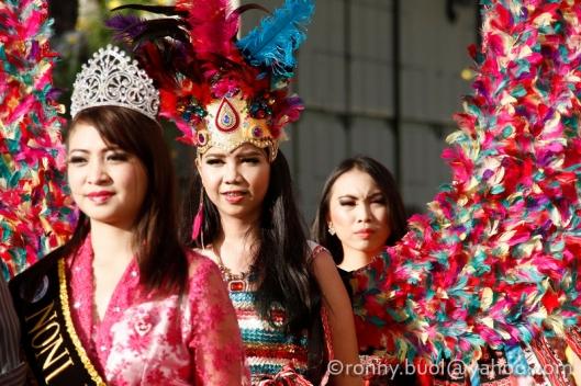Peserta Fashion Carnaval dari berbagai kalangan usia tampil dengan kreasi busana mereka saat berparade di jalan Kawasan Mega Mas Manado, Sabtu, 29 Januari 2016.