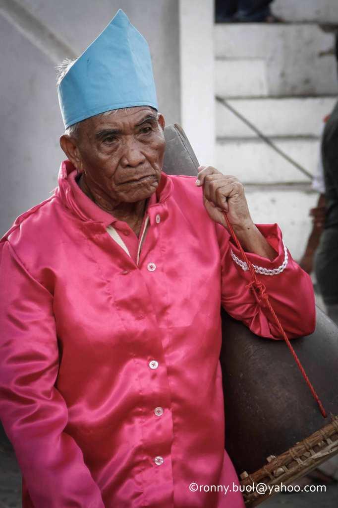 Julius Kalinge (77), warga Teling, Manado, asal Tamako, Sagihe dengan alat musik Tangonggong yang akan dimainkannya dalam Gelar Upacara Adat Tulude yang diselanggarakan oleh Dinas Kebudayaan dan Pariwisata Sulawesi Utara yang bekerjasama dengan berbagai Komunitas Masyarakat Nusa Utara, Sabtu (6/2/2016) di Lapangan KONI Manado.