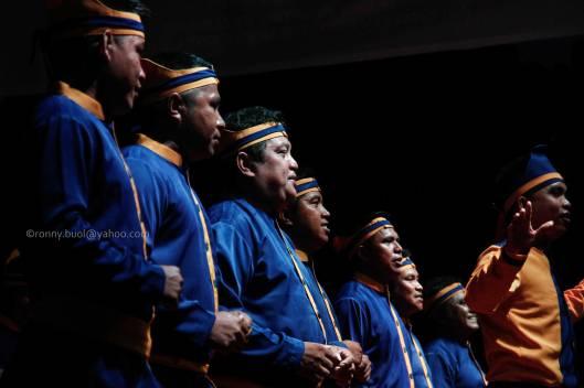 Kelompok penyanyi Masamper mempertunjukkan kemampuan olah vokal mereka saat Gelar Upacara Adat Tulude yang diselanggarakan oleh Dinas Kebudayaan dan Pariwisata Sulawesi Utara yang bekerjasama dengan berbagai Komunitas Masyarakat Nusa Utara, Sabtu (6/2/2016) di Lapangan KONI Manado.