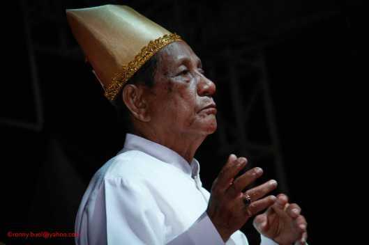 Salah satu tokoh masyarakat Nusa Utara mengikuti tari Ampa Wayaer dalam Gelar Upacara Adat Tulude yang diselanggarakan oleh Dinas Kebudayaan dan Pariwisata Sulawesi Utara yang bekerjasama dengan berbagai Komunitas Masyarakat Nusa Utara, Sabtu (6/2/2016) di Lapangan KONI Manado.