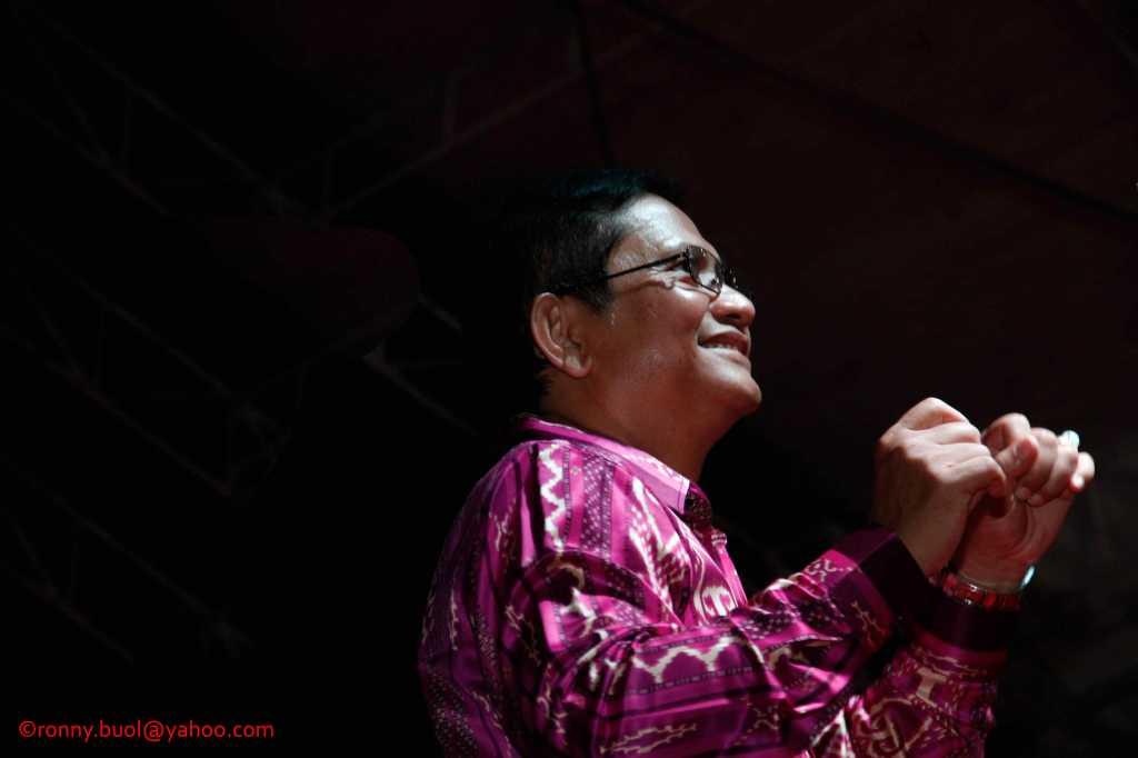 Kapolda Sulut, Wilmar Marpaung ikut menari Ampa Wayer saat Gelar Upacara Adat Tulude yang diselanggarakan oleh Dinas Kebudayaan dan Pariwisata Sulawesi Utara yang bekerjasama dengan berbagai Komunitas Masyarakat Nusa Utara, Sabtu (6/2/2016) di Lapangan KONI Manado.