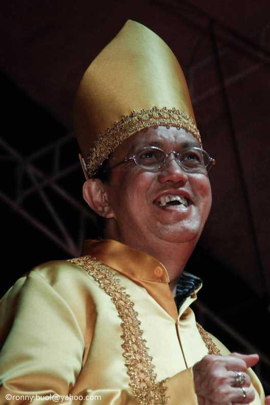 Penjabat Walikota Manado, Roy Roring ikut menari Ampa Wayer saat Gelar Upacara Adat Tulude yang diselanggarakan oleh Dinas Kebudayaan dan Pariwisata Sulawesi Utara yang bekerjasama dengan berbagai Komunitas Masyarakat Nusa Utara, Sabtu (6/2/2016) di Lapangan KONI Manado.