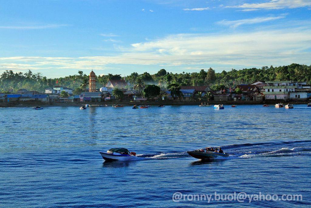 LIRUNG - Aktifitas di sekitar pelabuhan pulau Liring, Talaud.