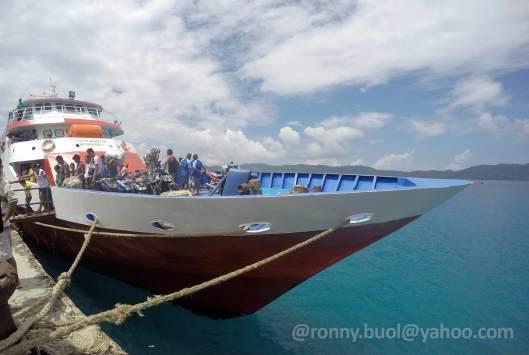 MELONGUANE - Kapal sedang sandar di dermaga Pelabuhan Melonguane.