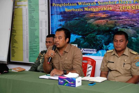 Agustinus Wijayanto, dari YAPEKA sedang memberikan materi kepada masyarakat Batuwingkung.