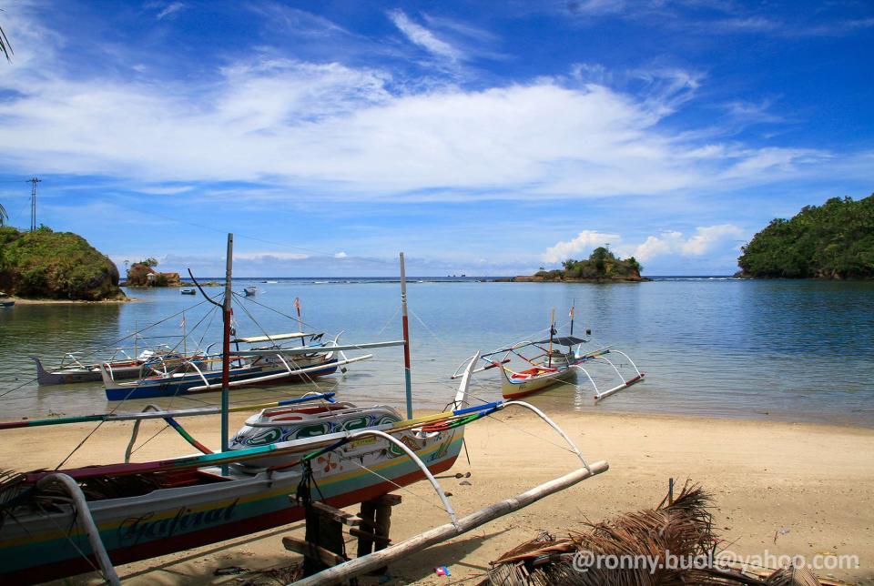 Pantai yang indah di pulau Batuwingkung, Kecamatan Tabukan Selatan, Kabupaten Kepulauan Sangihe.