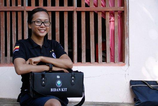 PENGABDIAN - Marisa Siagian berfoto usai melayani pasien di pulau Batuwingkung, Sangihe.