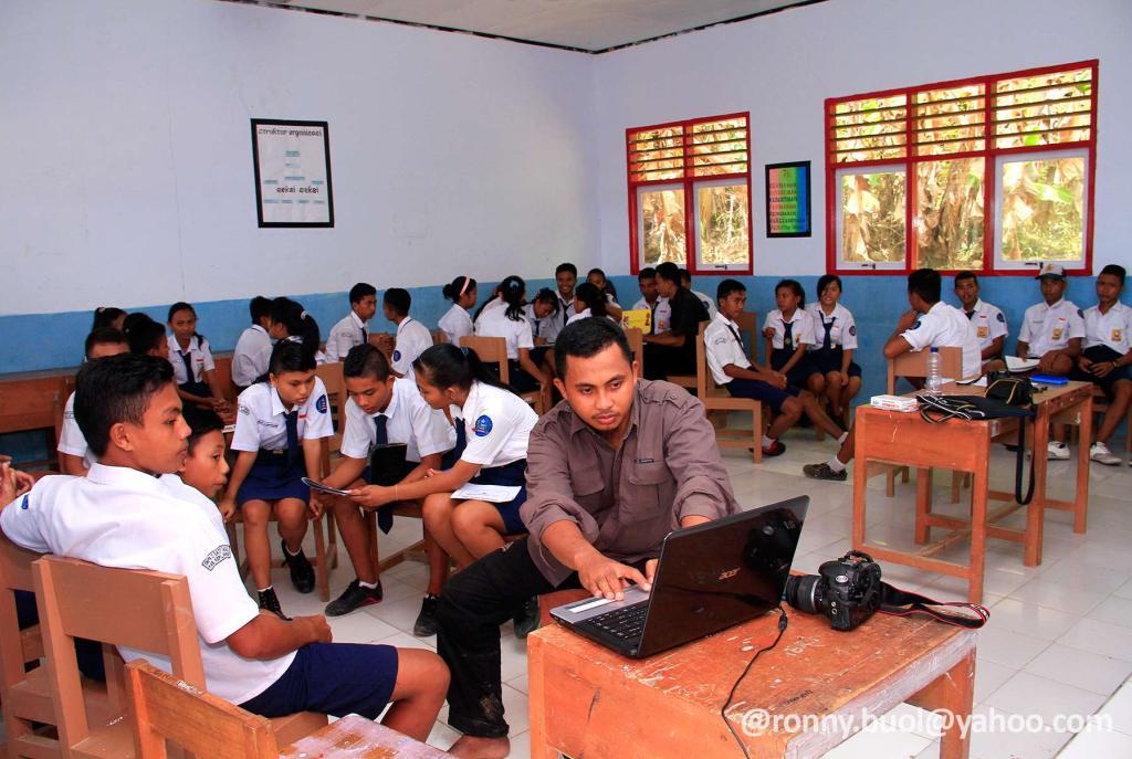 SOSIALISASI - Staff dari Perkumpulan Sampiri sedang memberikan pemahaman mengenai laut dan wilayah pesisir kepada Siswa SMPN 2 Satap Tabukan Selatan di Batuwingkung.