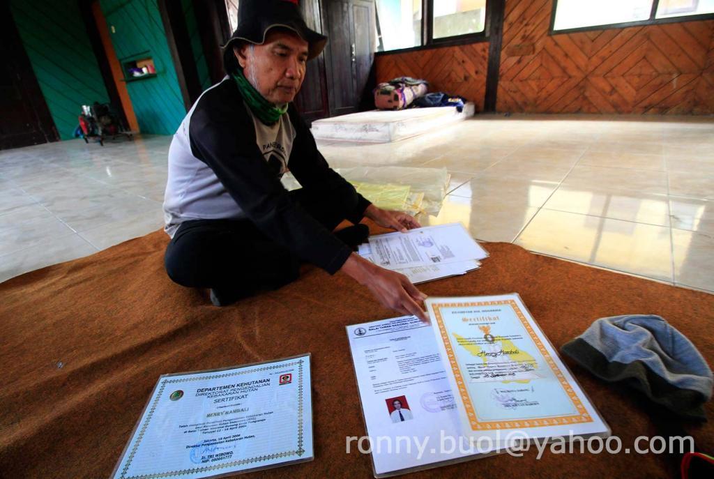 PENGAKUAN - Hambali menunjukkan sebagian sertifikat dan piagam penghargaan yang dia terima ketika menjadi relawan di berbagai tempat di Indonesia.