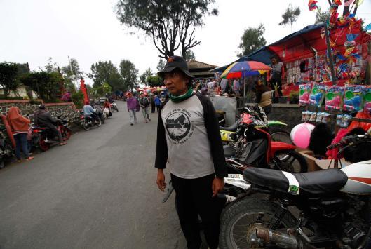 APA SAJA - Hambali mengatur lalulintas dan parkiran di kawasan wisata Taman Nasional Bromo Tengger Semeru, Jawa Timur.