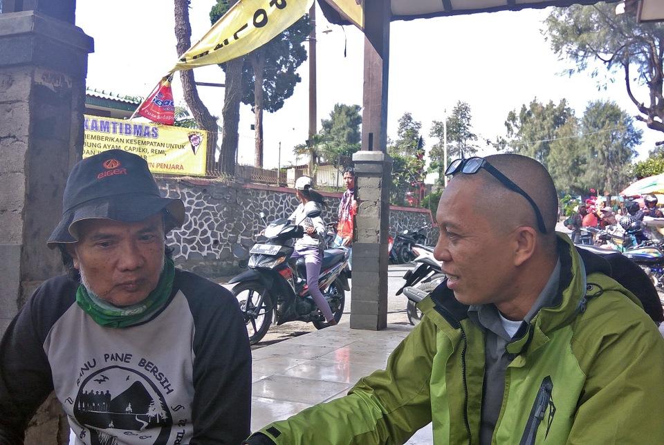 Saat berbincang dengan Hambali di depan Pos Pengamanan Kawasan Wisata Bromo.